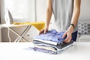 Centro de engomar com roupa