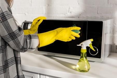 Como limpar o microondas, de forma rápida e sem complicações